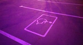 Miasto nocy światła spaceru parking uliczny miejsce dla invalids zdjęcia stock