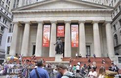 Miasto Nowy Jork, august 3rd: Federacyjny Hall z George Washington statuą od Manhattan w Nowy Jork obrazy stock