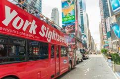 MIASTO NOWY JORK, CZERWIEC - 11: Nowy Jork Zwiedzający chmiel na chmielu z autobusu Zdjęcie Stock