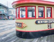 MIASTO NOWY JORK, CZERWIEC - 2013: Turyści w molu 17 Nowy Jork przyciąga zdjęcia royalty free