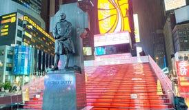 MIASTO NOWY JORK, CZERWIEC - 8, 2013: Turysty spacer w Duffy kwadracie przy n Fotografia Stock