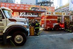 MIASTO NOWY JORK, Jujy - 02, 2018 Pożarniczych działów pompy paliwo od samochodu po wypadku Zdjęcia Royalty Free
