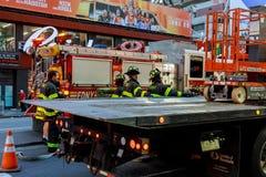 MIASTO NOWY JORK, Jujy - 02, 2018 Pożarniczych działów pompy paliwo od samochodu po wypadku Zdjęcie Stock