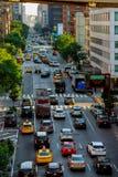 MIASTO NOWY JORK, Jujy - 02, 2018: samochody i żółte taxi taksówki pocztówka Miasto Nowy Jork - ruchu drogowego dżem w Manhattan  Obrazy Stock