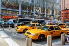 MIASTO NOWY JORK, Jujy - 02, 2018: Taxi jedzie puszek uliczny Żółty taxi w Nowy Jork Zdjęcie Stock