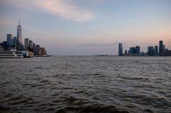 Miasto Nowy Jork linii horyzontu nabrzeża wieczór widok fotografia stock