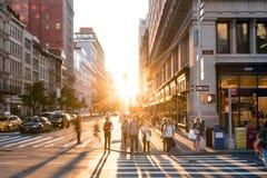 Miasto Nowy Jork, 2018: ludzie krzyżuje skrzyżowanie na 5th alei w Manhattan, Miasto Nowy Jork zdjęcie royalty free