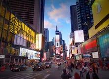MIASTO NOWY JORK, MANHATTAN, APR, 24, 2015: Wieczór widok na NYC times square świateł ekranów budynkach fasonuje butiki prowadząc Zdjęcie Stock