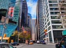 MIASTO NOWY JORK, MANHATTAN, KWIECIEŃ 24, 2015: Frontowy uliczny widok na klasycznej NYC drapaczy chmur i budynków biurowych arch Zdjęcia Stock