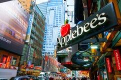MIASTO NOWY JORK, MANHATTAN, OCT, 25, 2013: Widok na Applebee restauracji na times square ulicie NYC architektura, reklamowy colo zdjęcie royalty free