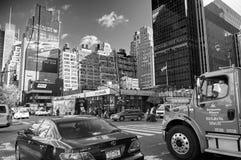 MIASTO NOWY JORK, MANHATTAN, OCT, 25, 2013: Widok na NYC ulicie i drogowi światło ekranów budynki fasonujemy butiki architektura  obrazy royalty free