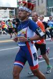 Miasto Nowy Jork Maratońskich biegaczów trawersowanie 26 2 mily przez wszystkie pięć NYC podgrodzi meta w central park, Manhattan zdjęcia royalty free