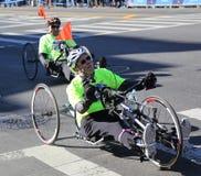 Miasto Nowy Jork Maratońskiego wózka inwalidzkiego uczestników podziałowy trawersowanie 26 2 mily przez wszystkie pięć NYC podgro zdjęcie stock
