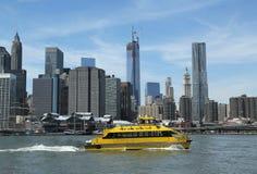 Miasto Nowy Jork Nawadnia taxi z NYC linią horyzontu widzieć od mosta brooklyńskiego parka Obraz Royalty Free