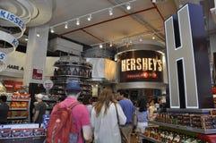 Miasto Nowy Jork, 2nd Lipiec: Hersey czekolady sklepu wnętrze od times square w środku miasta Manhattan od Miasto Nowy Jork w Sta Zdjęcia Royalty Free