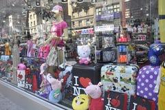Miasto Nowy Jork, 2nd Lipiec: Pamiątka sklepu okno w Manhattan od Miasto Nowy Jork w Stany Zjednoczone zdjęcie stock