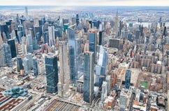 Miasto Nowy Jork od ?mig?owcowego punkt widzenia ?rodek miasta Manhattan i Hudson jardy na chmurnym dniu obrazy stock