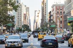MIASTO NOWY JORK - OKOŁO 2017: Samochody, taxi i autobusy, tłoczą się wzdłuż 3r obrazy stock