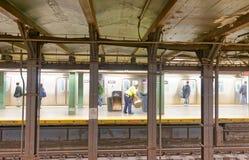 MIASTO NOWY JORK, PAŹDZIERNIK - 23, 2015: Wnętrze stacja metru i Zdjęcia Royalty Free
