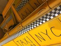 MIASTO NOWY JORK, PAŹDZIERNIK - 2015: Stary chequered taxi znak To jest t Zdjęcie Royalty Free