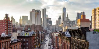 Miasto Nowy Jork - Panoramiczny widok zatłoczeni budynki Manhattan linia horyzontu przy zmierzchem zdjęcia stock