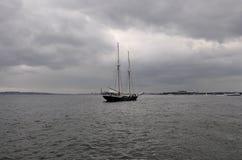 Miasto Nowy Jork, Sierpień 2nd: Pływa statkiem naczynie na hudsonie na dramatycznym niebie od Miasto Nowy Jork Zdjęcie Royalty Free