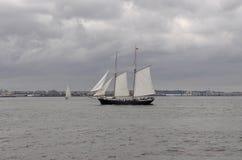 Miasto Nowy Jork, Sierpień 2nd: Pływa statkiem naczynie na hudsonie na dramatycznym niebie od Miasto Nowy Jork Obrazy Royalty Free