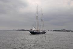 Miasto Nowy Jork, Sierpień 2nd: Pływa statkiem naczynie na hudsonie na dramatycznym niebie od Miasto Nowy Jork Obraz Royalty Free