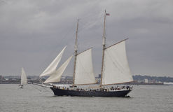 Miasto Nowy Jork, Sierpień 2nd: Pływa statkiem naczynie na hudsonie na dramatycznym niebie od Miasto Nowy Jork Zdjęcia Stock
