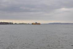 Miasto Nowy Jork, Sierpień 2nd: Statek Wycieczkowy na hudsonie na dramatycznym niebie od Miasto Nowy Jork Zdjęcia Stock