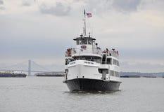 Miasto Nowy Jork, Sierpień 2nd: Statek Wycieczkowy na hudsonie na dramatycznym niebie od Miasto Nowy Jork Obraz Stock