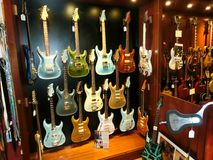 Miasto Nowy Jork, Stany Zjednoczone Ameryka, Maj - 02, 2016: Szczegół od Karminowych Ulicznych gitar robi zakupy w Nowy Jork Obrazy Stock