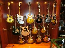Miasto Nowy Jork, Stany Zjednoczone Ameryka, Maj - 02, 2016: Szczegół od Karminowych Ulicznych gitar robi zakupy w Nowy Jork Obraz Stock