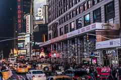 25 Miasto Nowy Jork, Stany Zjednoczone - 05 2014 - Times Square nocy ludzie chodzi wokoło samochodu taxi jeżdżenia Obrazy Royalty Free