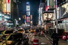 25 Miasto Nowy Jork, Stany Zjednoczone - 05 2014 - Times Square nocy ludzie chodzi wokoło samochodu taxi jeżdżenia Zdjęcie Stock