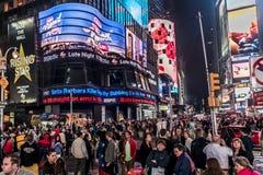25 Miasto Nowy Jork, Stany Zjednoczone - 05 2014 - Times Square nocy ludzie chodzi wokoło Obrazy Stock