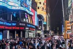 25 Miasto Nowy Jork, Stany Zjednoczone - 05 2014 - Times Square nocy ludzie chodzi wokoło Zdjęcie Stock