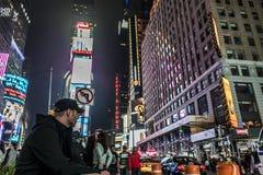 25 Miasto Nowy Jork, Stany Zjednoczone - 05 2014 - Times Square nocy ludzie chodzi wokoło Fotografia Stock