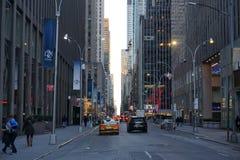 MIASTO NOWY JORK, usa - LISTOPAD, 2018: Few samochodów jeżdżenie na Broadway w Miasto Nowy Jork zdjęcie stock