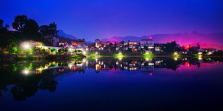 Miasto obok jeziora zdjęcia royalty free