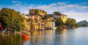 Miasto pałac i Pichola jezioro w Udaipur, India fotografia stock