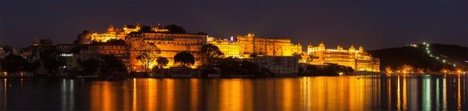 Miasto pałac pałac na Jeziornym Pichola w zmierzchu, Udaipur, Rajasth zdjęcia stock