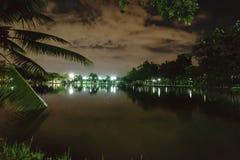 Miasto park w nocy z miejsce spoczynku Krajobraz th fotografia stock