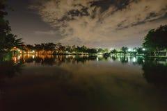 Miasto park w nocy z miejsce spoczynku Krajobraz th obraz stock