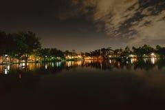 Miasto park w nocy z miejsce spoczynku Krajobraz th zdjęcia royalty free