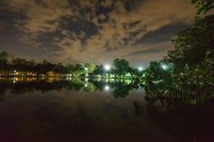 Miasto park w nocy z miejsce spoczynku Krajobraz th zdjęcie royalty free