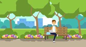 Miasto parka mężczyzna mienia laptop siedzi drewnianej ławki zieleni gazon kwitnie drzewo pejzażu miejskiego szablonu tła mieszka ilustracja wektor