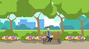 Miasto parka mężczyzna mienia laptop siedzi drewnianej ławki zieleni gazon kwitnie drzewo pejzażu miejskiego szablonu tła horyzon royalty ilustracja