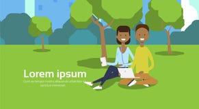 Miasto pary obsiadania zieleni parkowy afrykański gazon używać laptopu mężczyzna kobiety drzew pejzażu miejskiego szablonu tła ko ilustracji