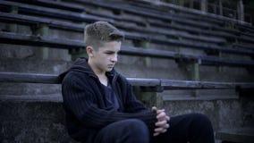 Miasto po wojny, nastolatka obsiadania na stadium trybunie, zniszczenia i ubóstwa, obraz stock